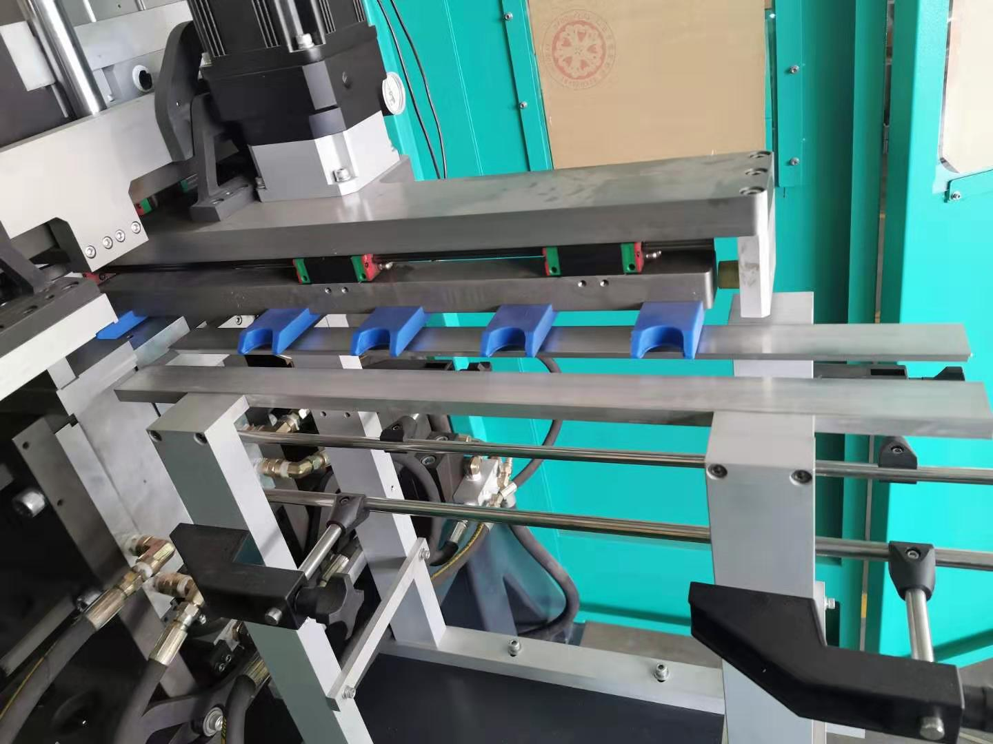 4Cavities LS4 Pitch Changing Linear Stretch Blow Molder